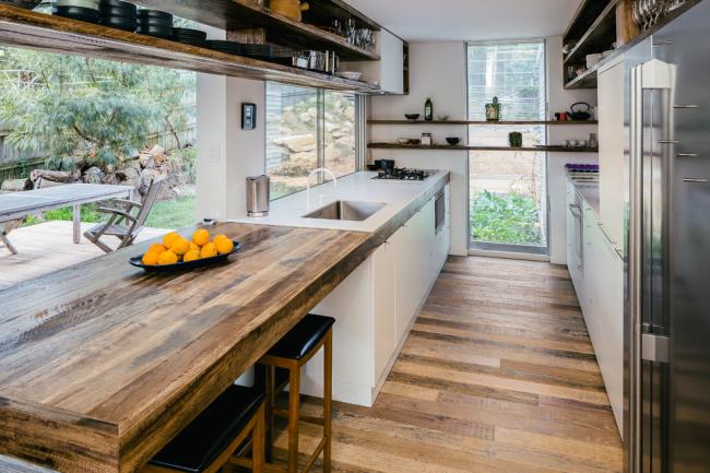 Le bois brut avec des éléments brossés aidera à souligner le style loft