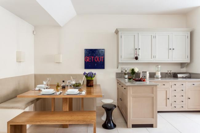 Belle conception d'une petite cuisine, décorée dans des couleurs beiges