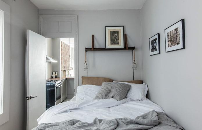 lit à côté de la porte