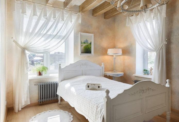 lit entre les fenêtres