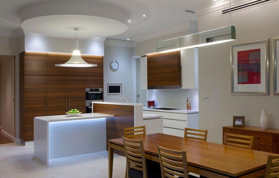 Les lustres de différentes formes sont parfaitement combinés dans un intérieur minimaliste