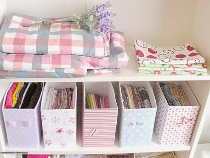 boîtes pour ranger les vêtements à partir de morceaux de papier peint