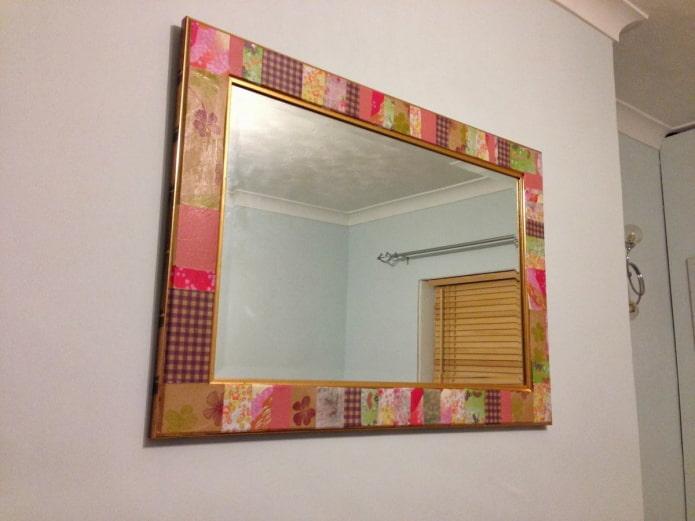 miroir avec cadre en papier peint