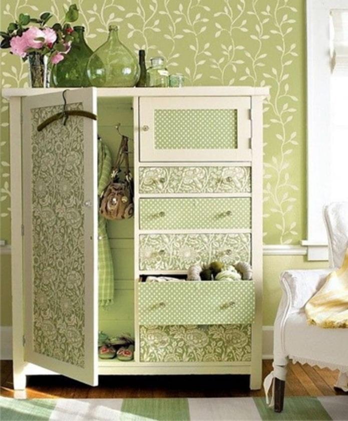 porte d'armoire décorée de papier peint