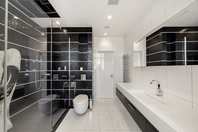 carrelage blanc au sol de la salle de bain