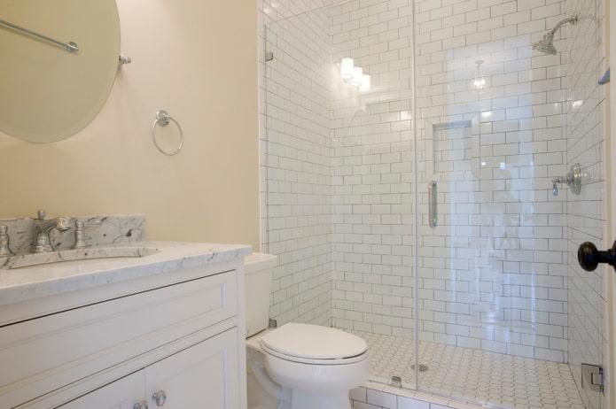 carrelage blanc dans la salle de douche dans la salle de bain