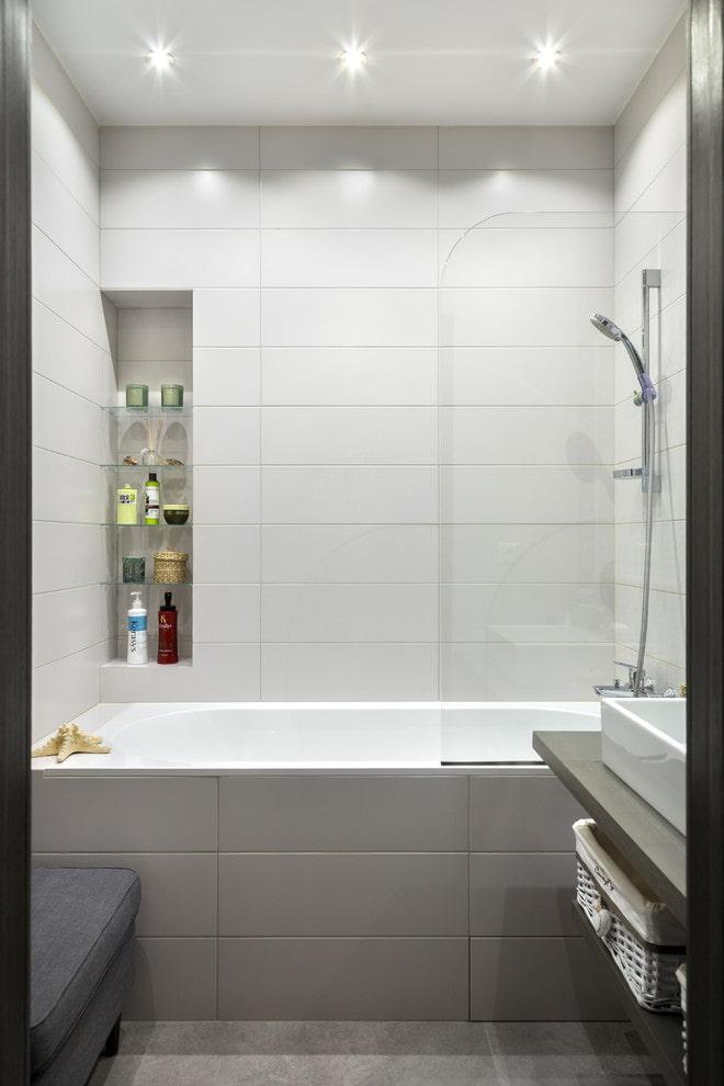 finition carrelage gris et blanc dans la salle de bain