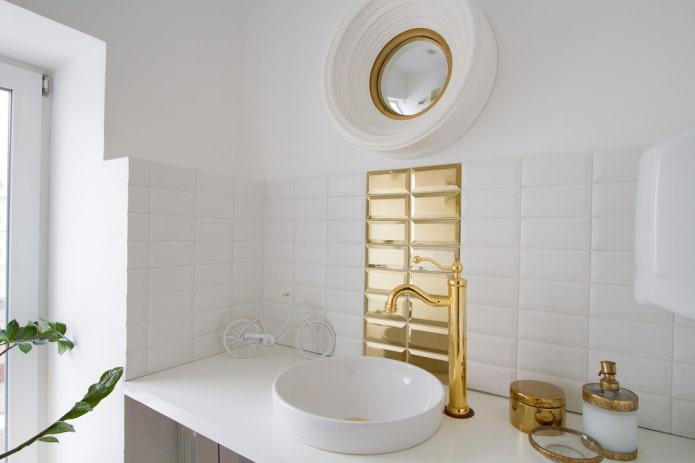 carreaux blancs et dorés à l'intérieur de la salle de bain