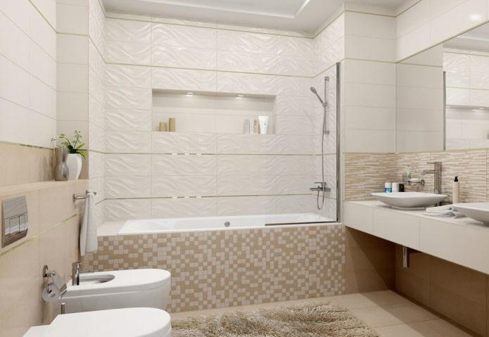 carreaux blancs et beiges à l'intérieur de la salle de bain