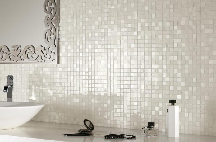 carrelage blanc et perle dans la salle de bain