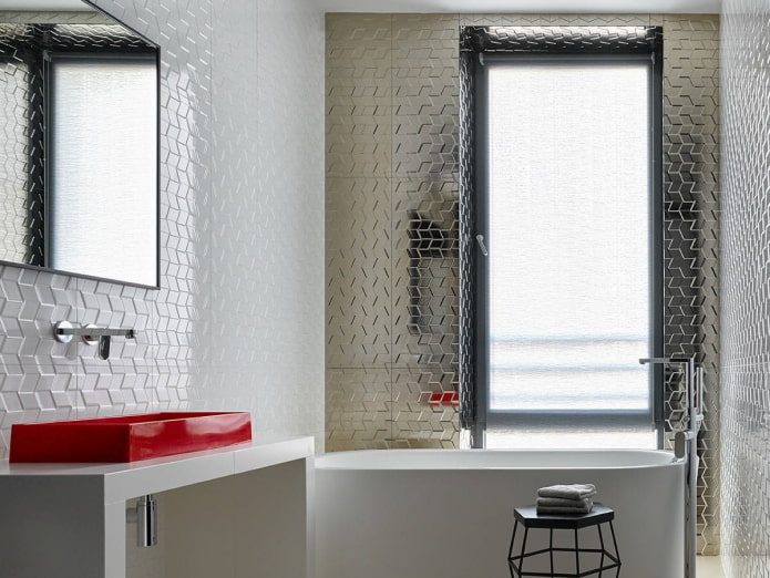 carreaux blancs et argentés à l'intérieur de la salle de bain