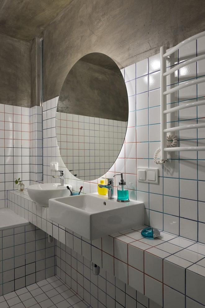 carreaux blancs avec coulis à l'intérieur de la salle de bain
