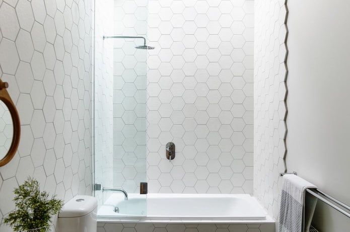 carreaux blancs en nid d'abeille à l'intérieur de la salle de bain