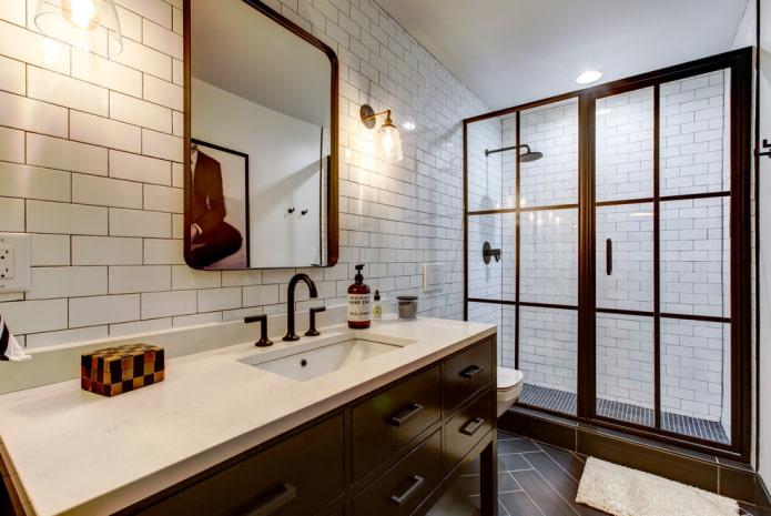 carreaux blancs avec des briques à l'intérieur de la salle de bain