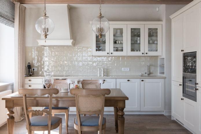 Tablier de sable dans une cuisine blanche