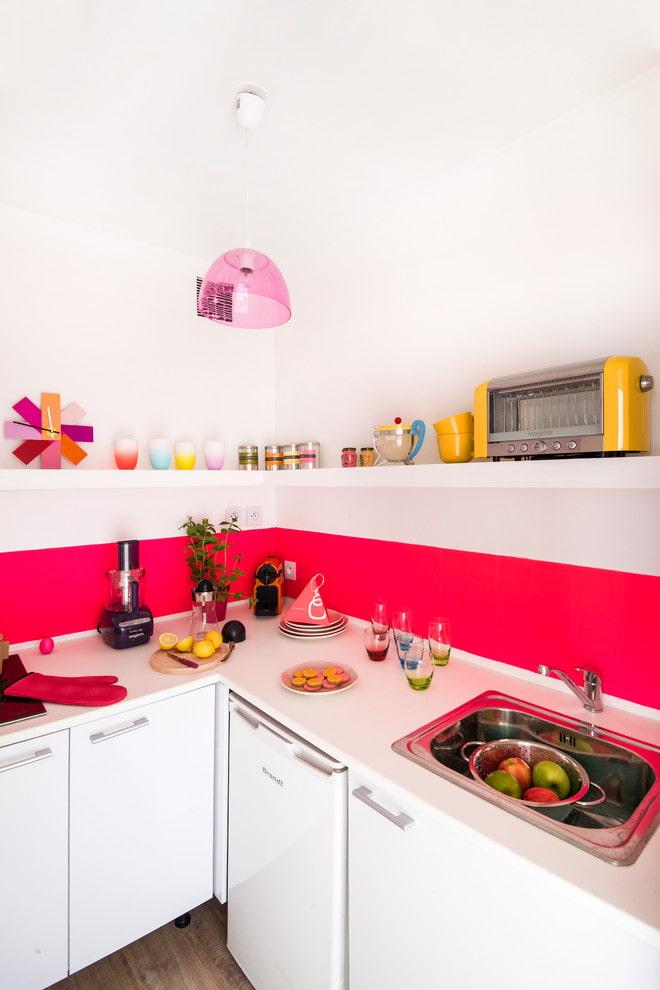 Tablier rose dans une cuisine blanche