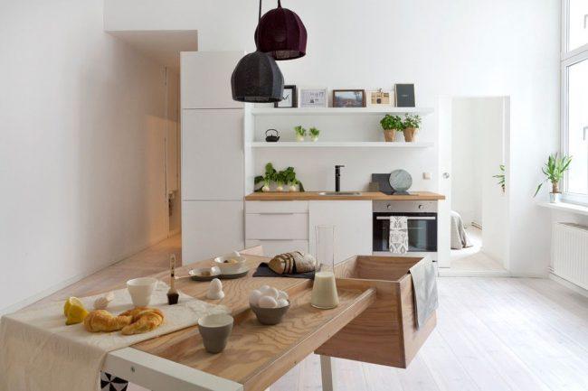 Les petits tableaux situés sur l'étagère du haut complètent bien l'intérieur de la cuisine scandinave.