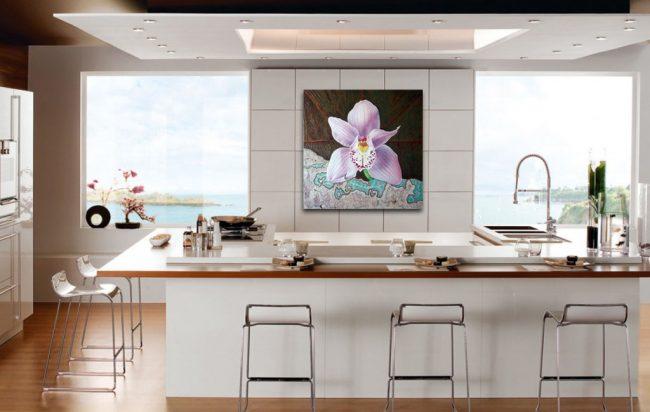 Grande photo d'une fleur dans une cuisine lumineuse spacieuse