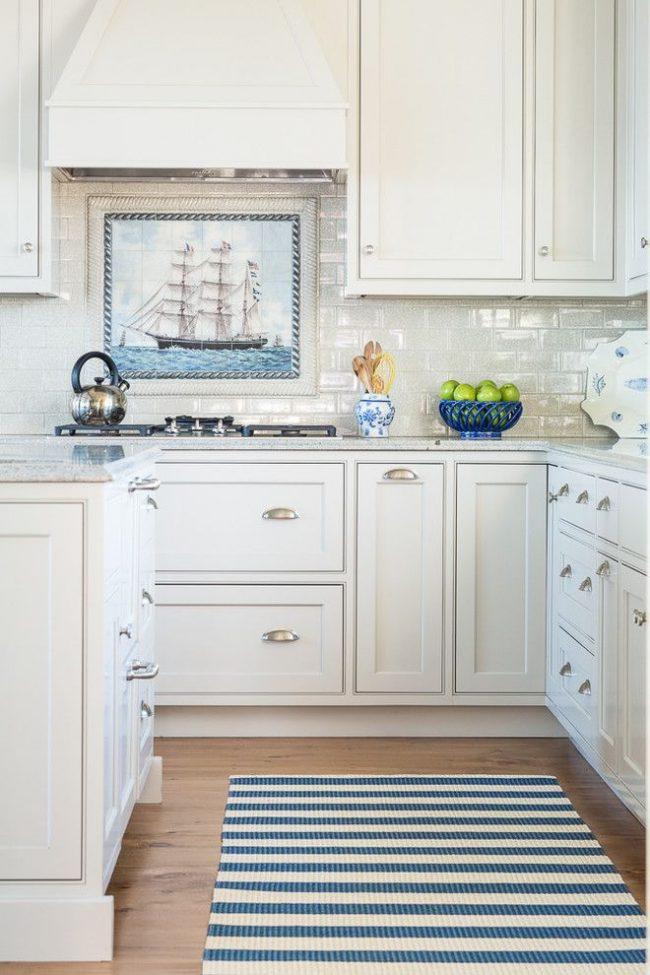 Le thème marin sur la photo est idéal pour une cuisine classique légère