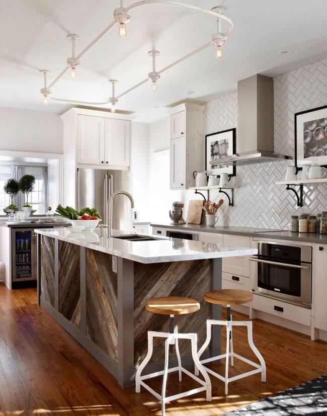 Les photos en noir et blanc dans des cadres noirs ont fière allure dans cet intérieur de cuisine