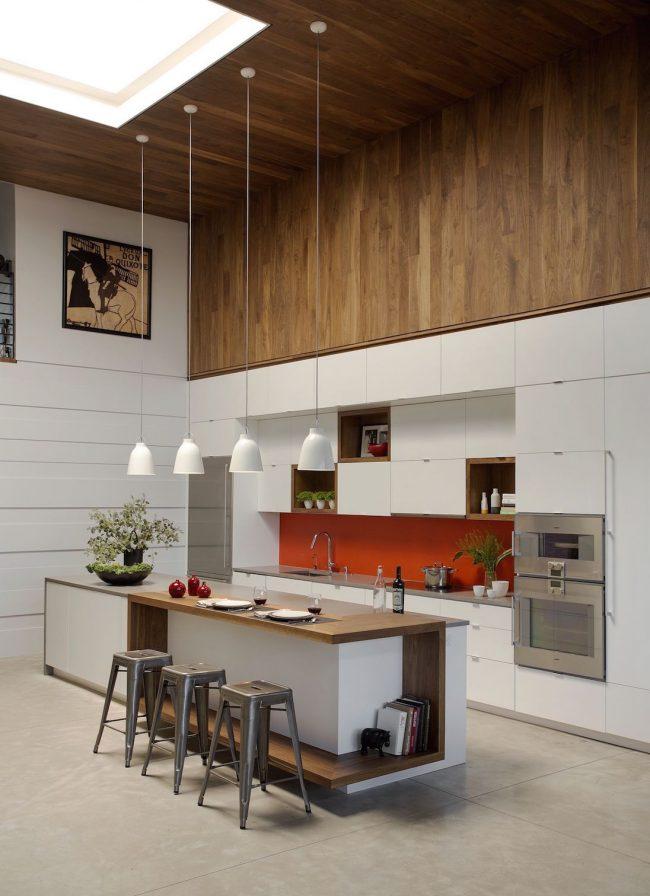 Un petit tableau assorti à la cuisine, situé sous le plafond