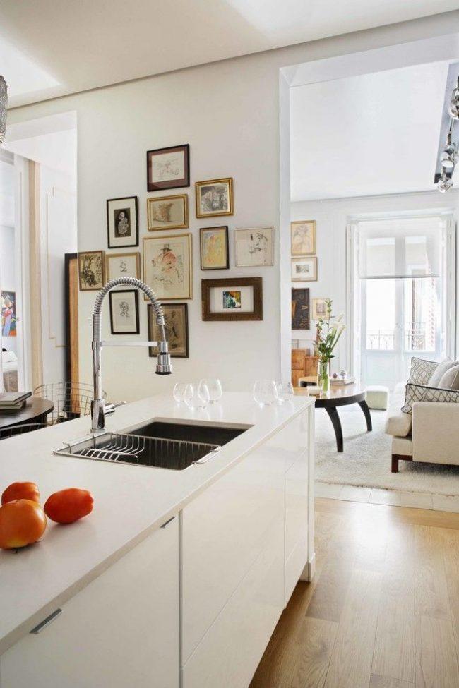 De nombreuses petites images en option pour décorer le mur de la cuisine