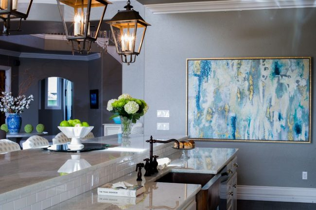 Cuisine de style classique avec une grande peinture abstraite dans un cadre doré