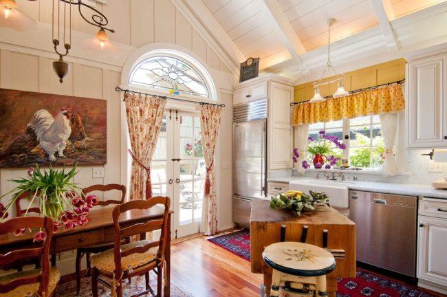 Les grandes images de volaille conviennent à une cuisine de style campagnard.