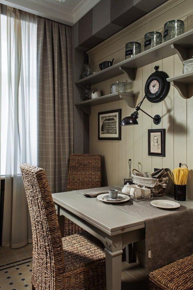 Coin repas cosy dans la cuisine avec de petites photos en noir et blanc