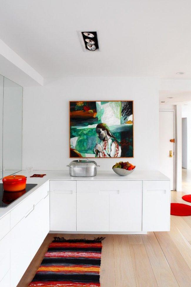 La cuisine blanche de style scandinave est complétée par une image lumineuse et une passerelle à rayures
