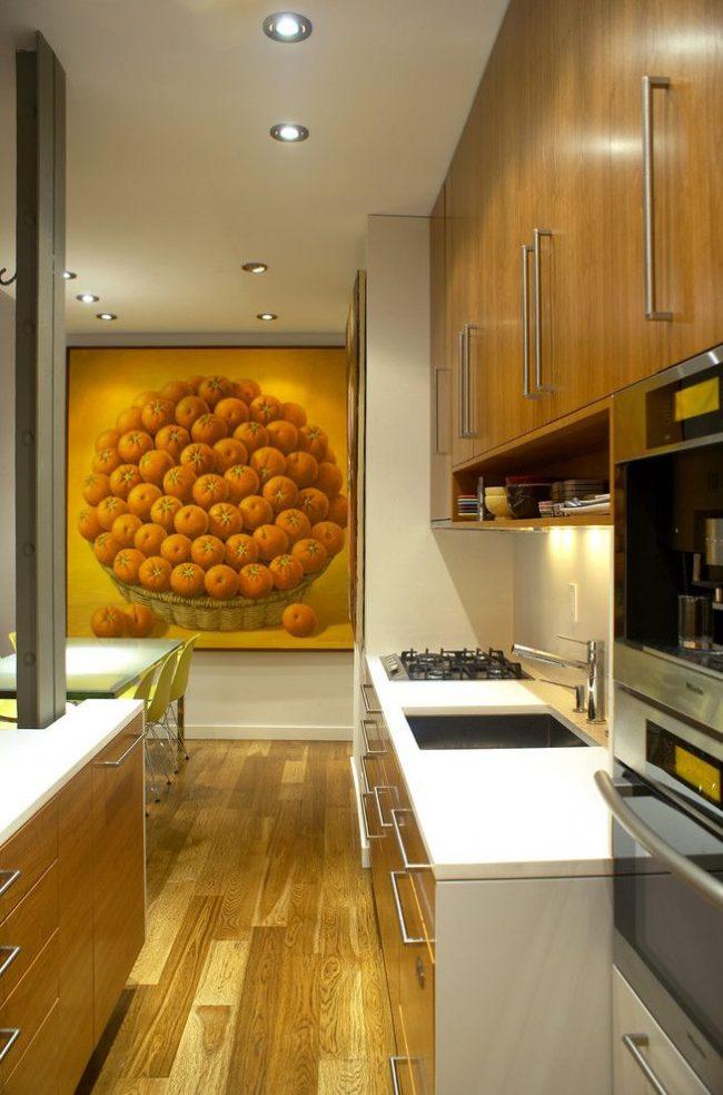 Une peinture à grande échelle avec des mandarines s'intègre bien à l'intérieur d'une cuisine moderne