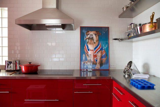 Peinture de chien lumineux mignon dans une cuisine moderne blanche et rouge