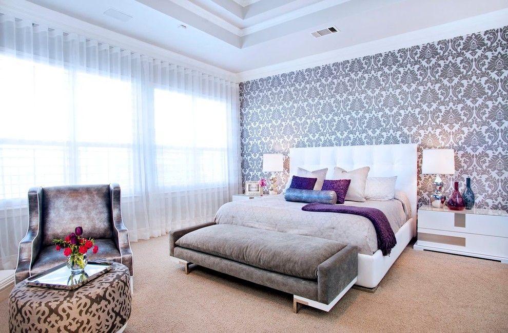 L'organza blanc élégant ajoute une touche de solennité à l'intérieur de la chambre
