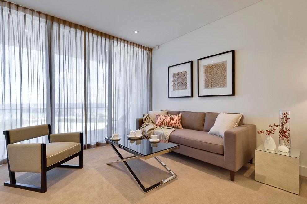 Pour la rigueur et l'apparence décente, l'organza est souvent choisi pour décorer les fenêtres du salon.