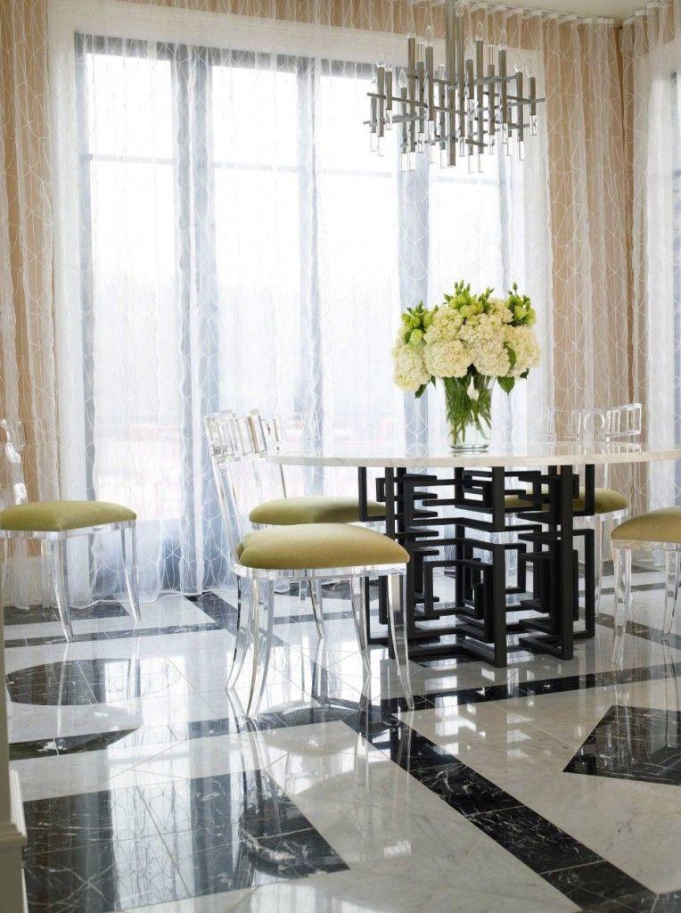 Le tissu transparent aux motifs délicats crée une ambiance festive dans la salle à manger