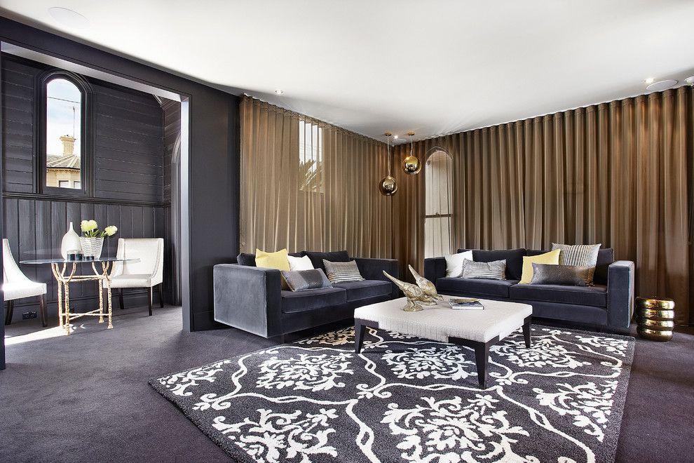 Contraste spectaculaire entre l'intérieur noir et les rideaux bronze