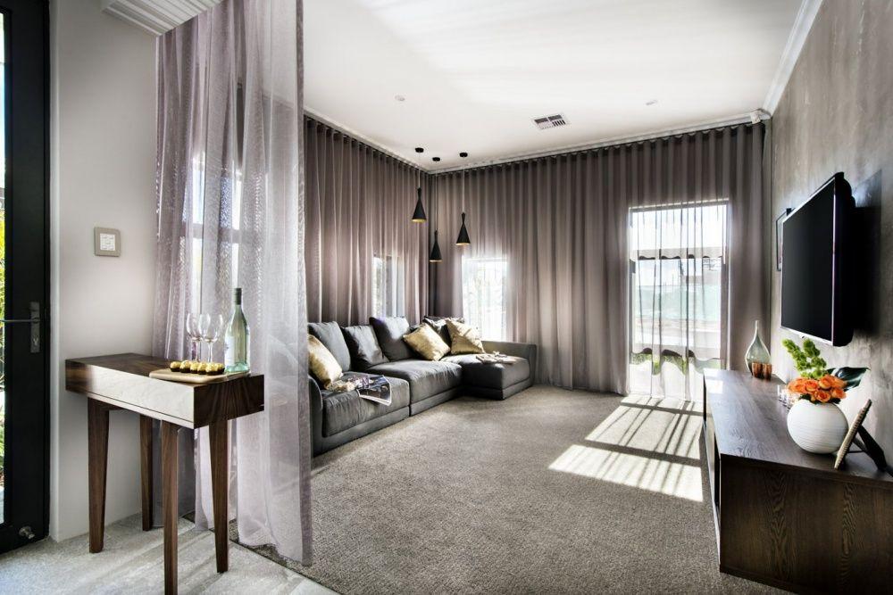 Les rideaux en organza fumé créent une atmosphère de mystère et d'intimité dans le salon