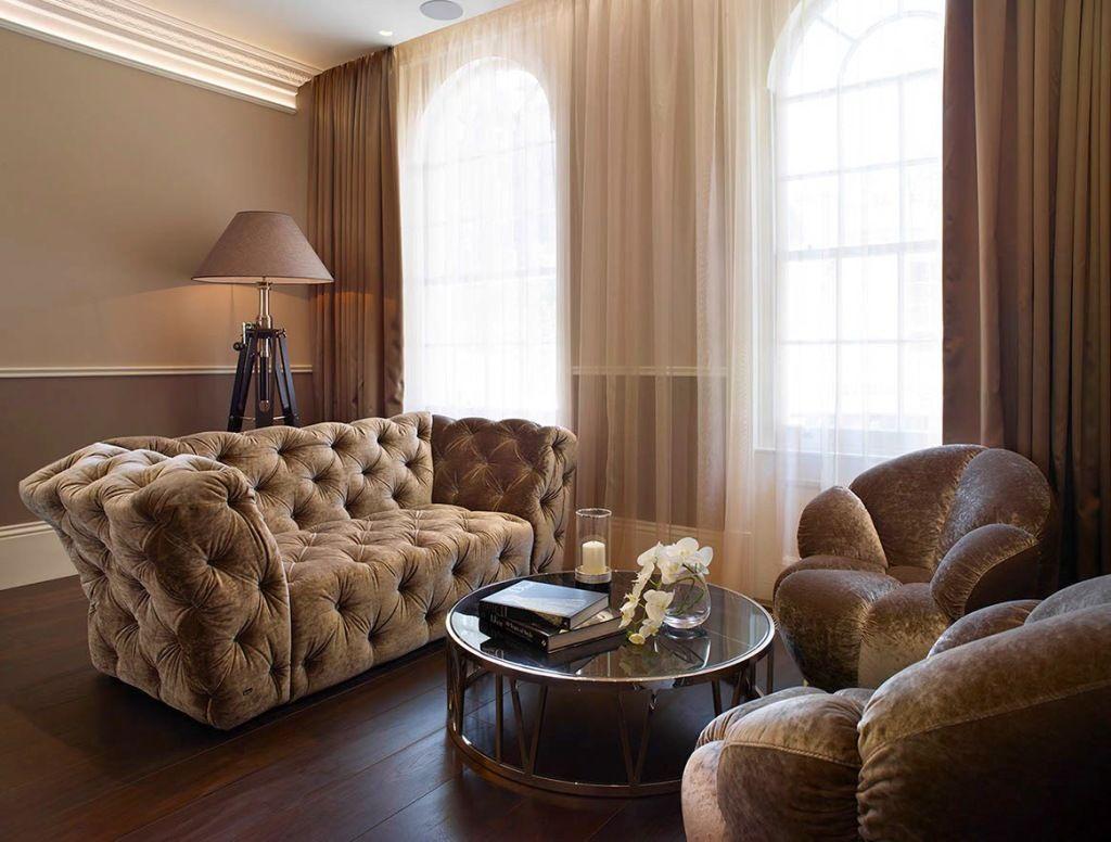La simplicité de la forme et de la couleur de l'organza souligne le style, agissant comme une excellente toile de fond pour les meubles et les accessoires, il unit tout l'intérieur.