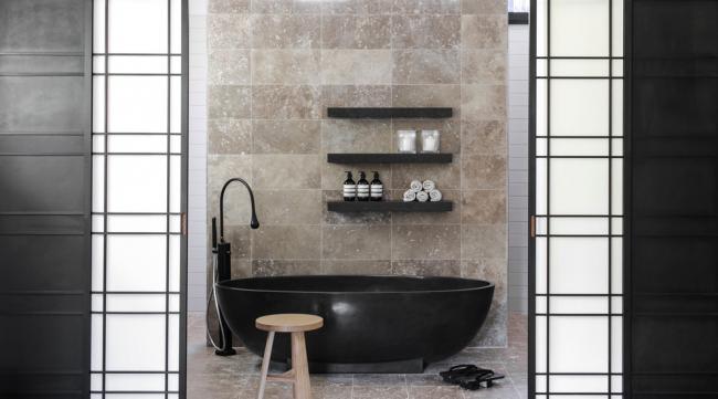 La combinaison de carreaux de pierre pour la décoration des murs et des sols est plus appropriée dans les pièces au design minimaliste