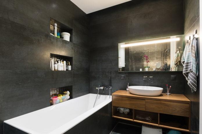 armoire ouverte dans la salle de bain