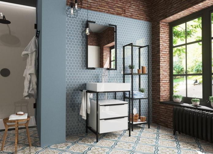 étagères métalliques dans la salle de bain