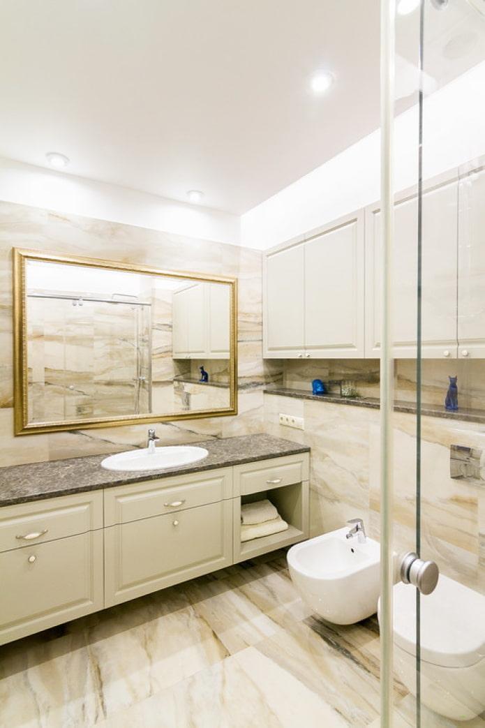 grand miroir au dessus du lavabo
