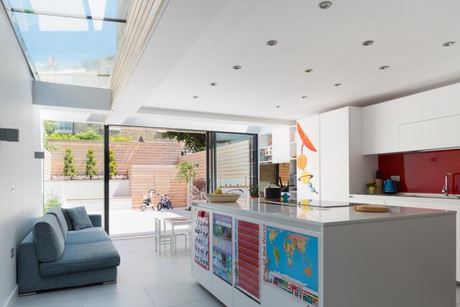 Vitrage panoramique dans un intérieur moderne