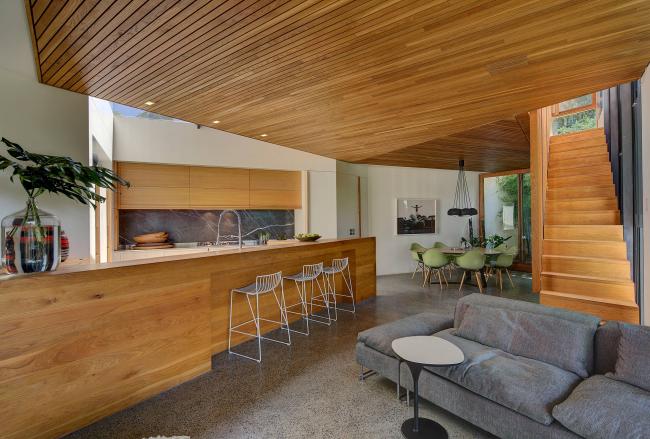 Finitions en bois naturel à l'intérieur dans le style du modernisme