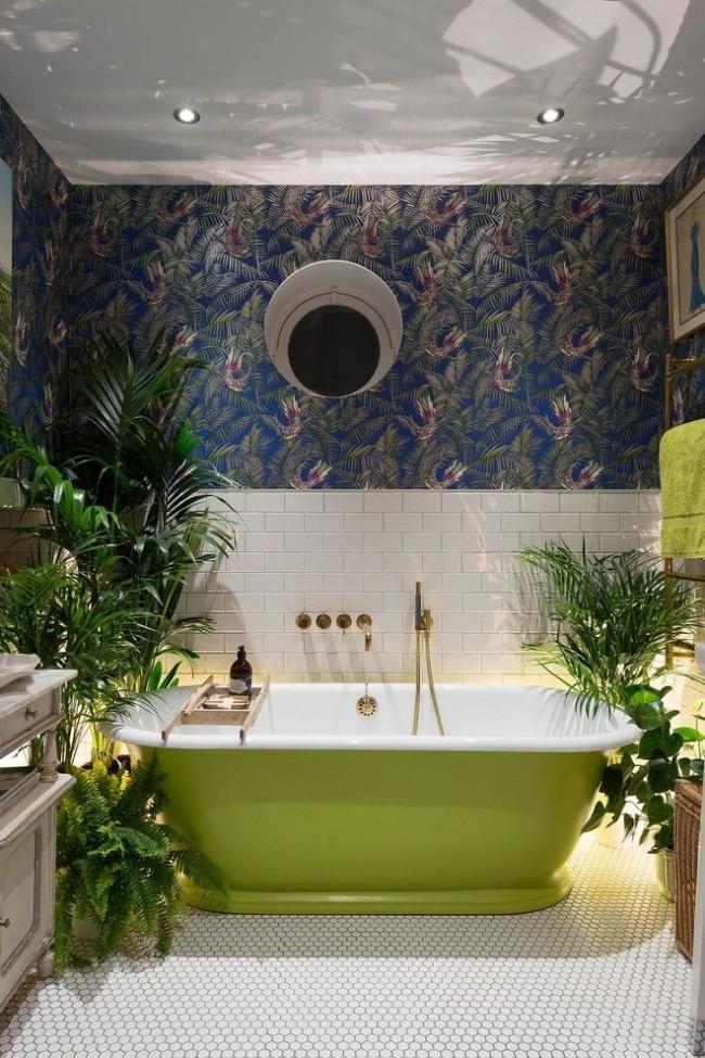 Intérieur intéressant d'une pièce hygiénique avec une baignoire en fonte