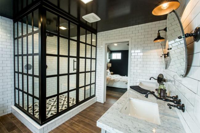 L'intérieur monochrome met l'accent sur le style et le goût des propriétaires