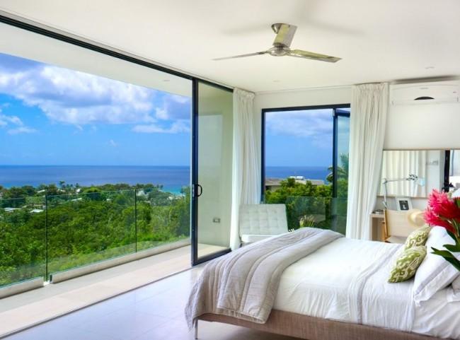Les portes-fenêtres sont une bonne humeur et un merveilleux repos parmi le paysage coloré