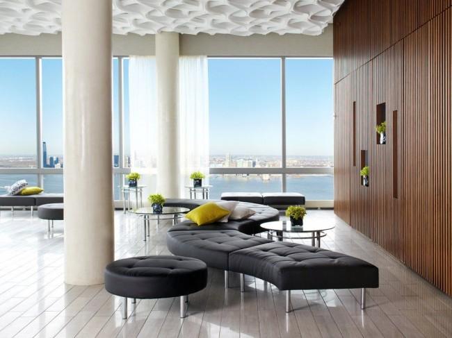 L'appartement avec des fenêtres panoramiques a l'air très élégant