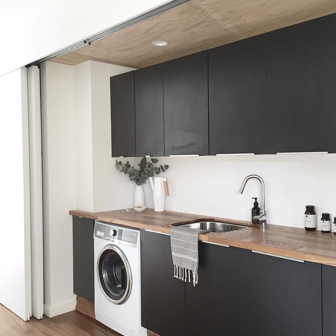 cuisine noire avec laveuse blanche