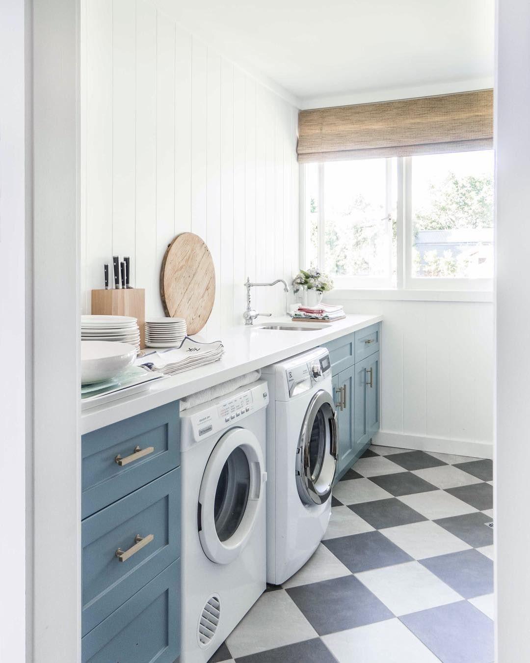 machine à laver ouverte dans la cuisine